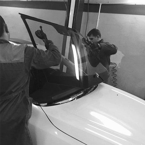 мастера «АвтоЛайф» выполняют замену лобового стекла