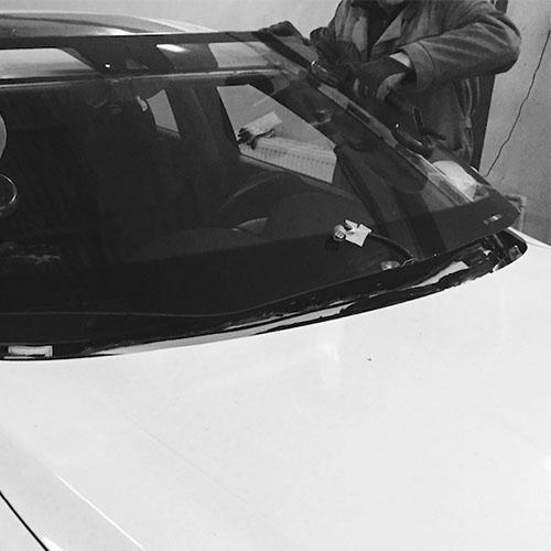 процесс замены лобового стекла на новое завершен в автосервисе «АвтоЛайф»